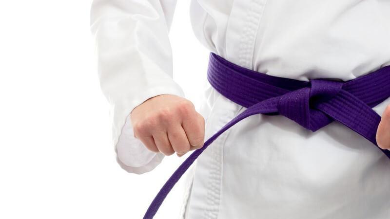 Nahaufnahme violetter Gürtel eines Kampfsportlers