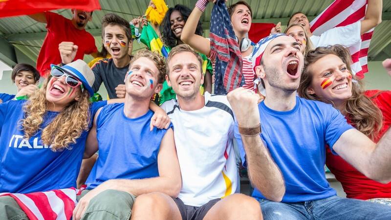 Fans im Fußball-Stadion aus unterschiedlichen Ländern jubeln