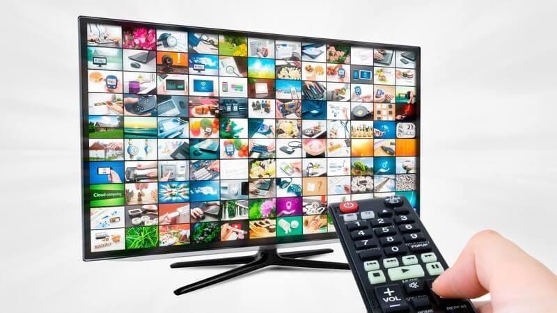 Breitwand Fernseher, Flachbildschirm, davor Fernbedienung
