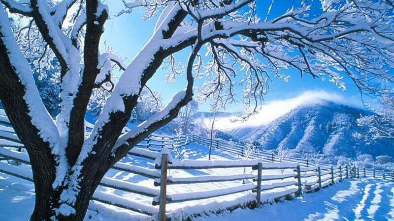 Winterlandschaft mit Bergen unter blauem Himmel