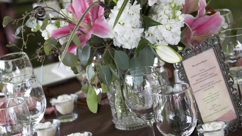 Edel gedeckter Tisch zum Hochzeits Abendessen