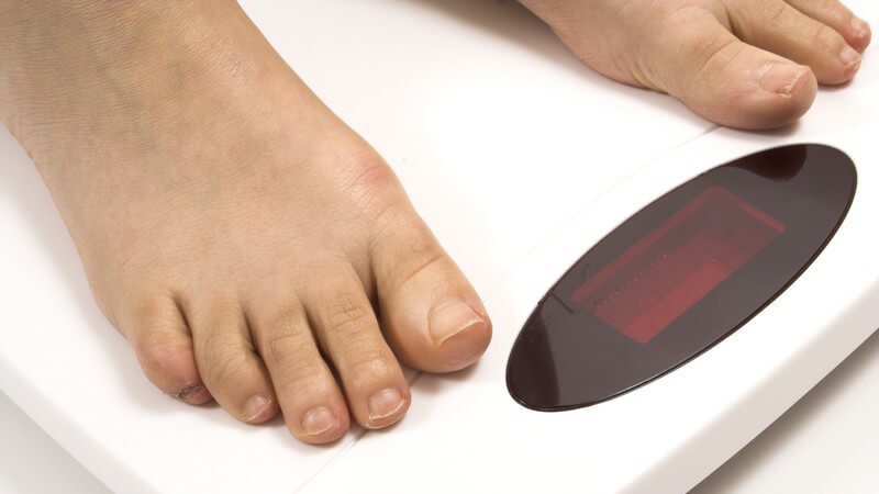 Füße auf einer weißen, digitalen Waage