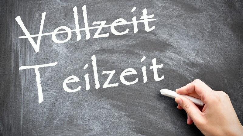 """Schwarze Tafel auf der mit Kreide """"Vollzeit"""" und """"Teilzeit"""" steht, """"Vollzeit"""" wurde durchgestrichen"""