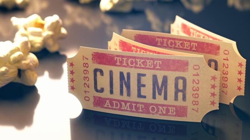 """Kinokarten mit der Aufschrift """"CINEMA"""" und Popcorn"""