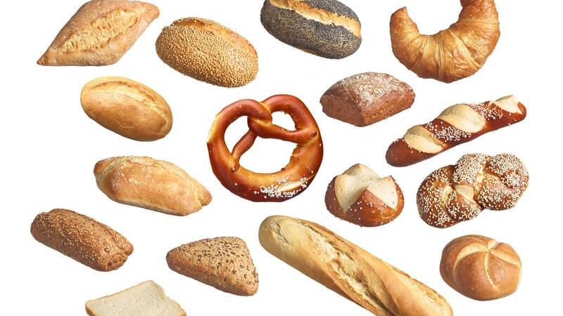 Collage mit 16 verschiedenen Brot- und Brötchensorten vor weißem Hintergrund