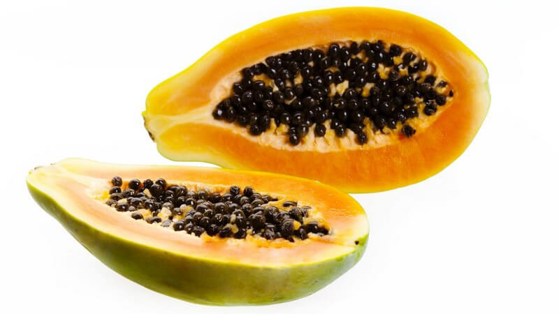 Halbierte Papaya auf weißem Hintergrund