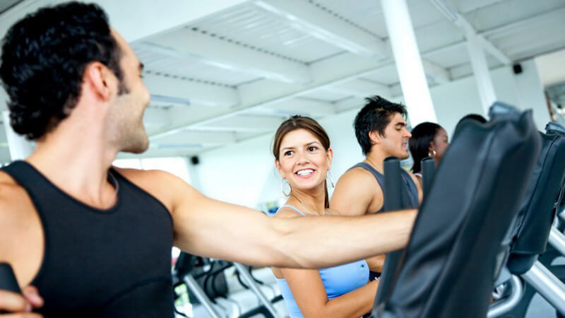 Gruppe von jungen Leuten beim Krafttraining im Fitnessstudio