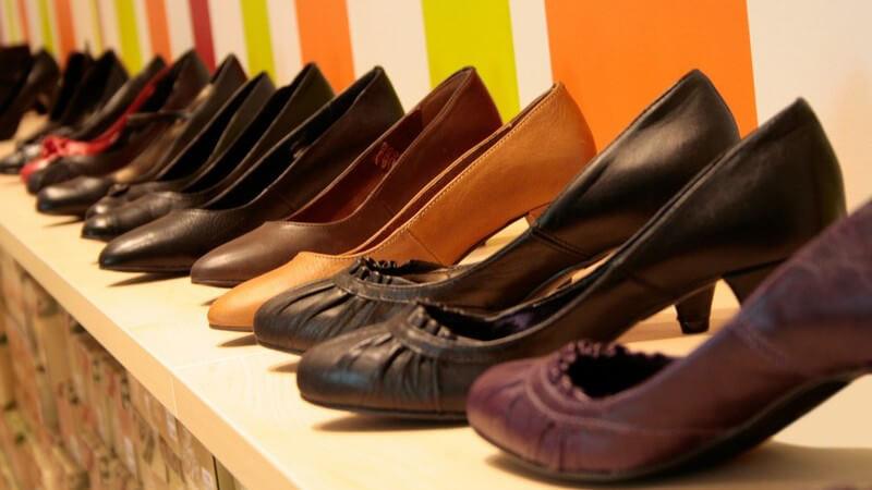 Frauenschuhe in Reihe in Schuhgeschäft