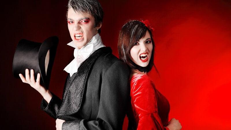 Paar in Karnevalskostümen als Vampire verkleidet