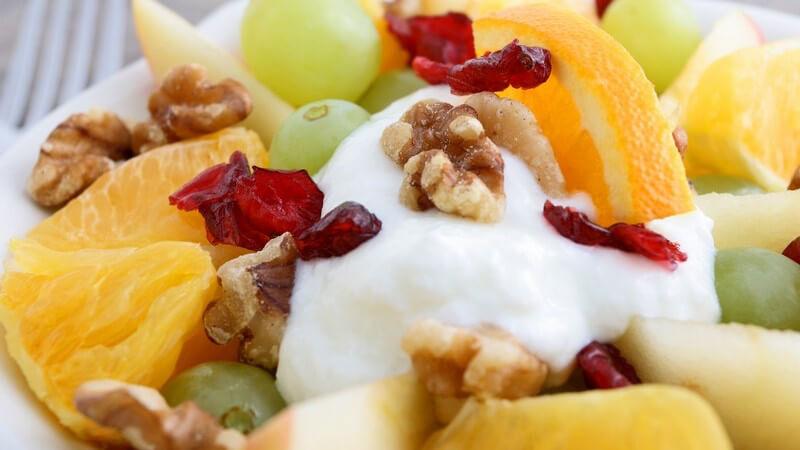 Obstsalat mit Walnüssen und Joghurt