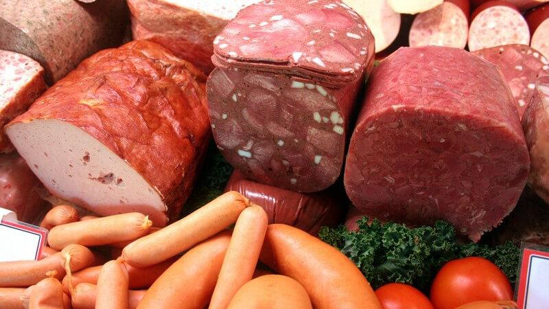 Ladentheke in Metzgerei mit Auswahl an verschiedenen Fleischsorten