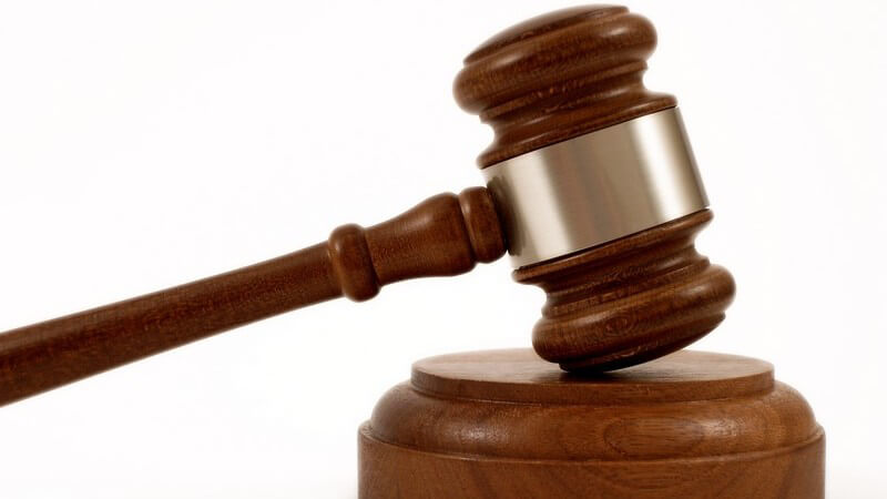 Richter Hammer mit Sockel aus Holz auf weißem Hintergrund