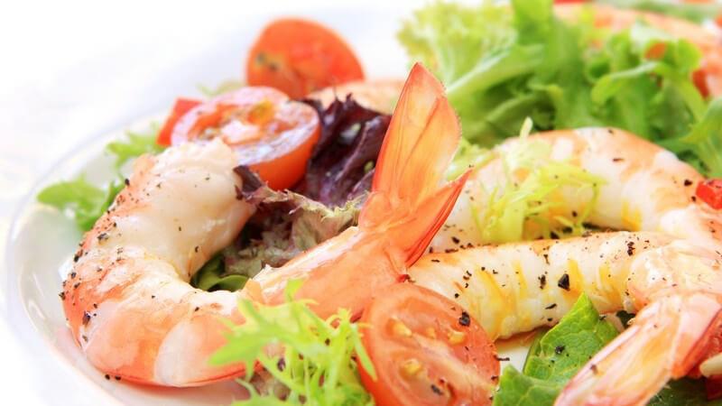 Garnelen schön angerichtet auf einem bunten Salatteller