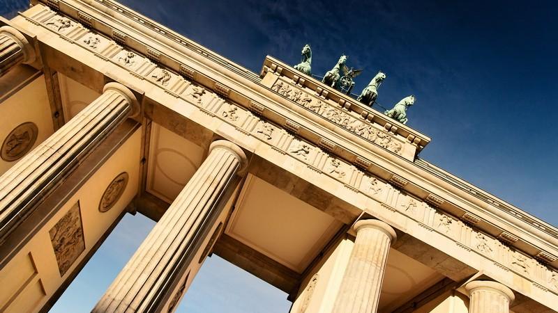 Nahaufnahme Brandenburger Tor von unten, Berlin