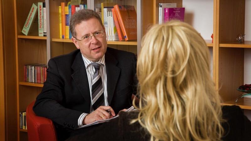Psychologe mit Patientin im Behandlungszimmer