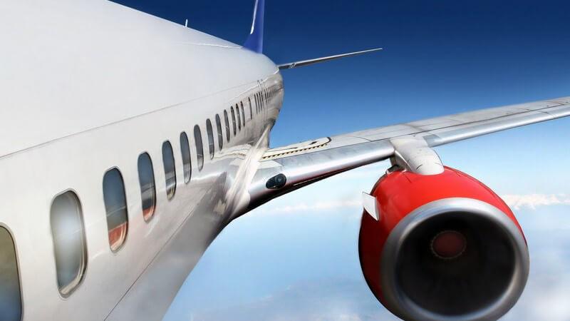 Fliegendes Flugzeug mit roter Turbine in der Nahaufnahme
