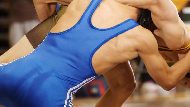 Nahaufnahme zwei Männer beim Wrestling Kampf
