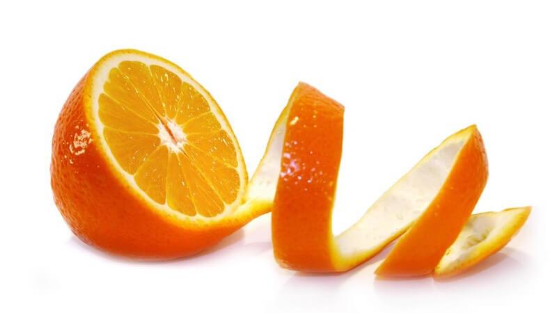 Frische halbe Orange, Schale der anderen Hälfte noch dran