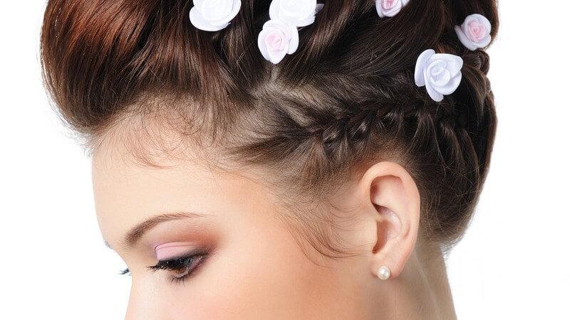 Seitenansicht Braut mit Hochsteckfrisur, weiße Blumen im Haar