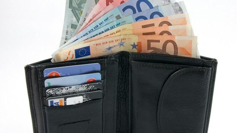 Lederportemonnaie mit Geldscheinen und verschiedenen Karten