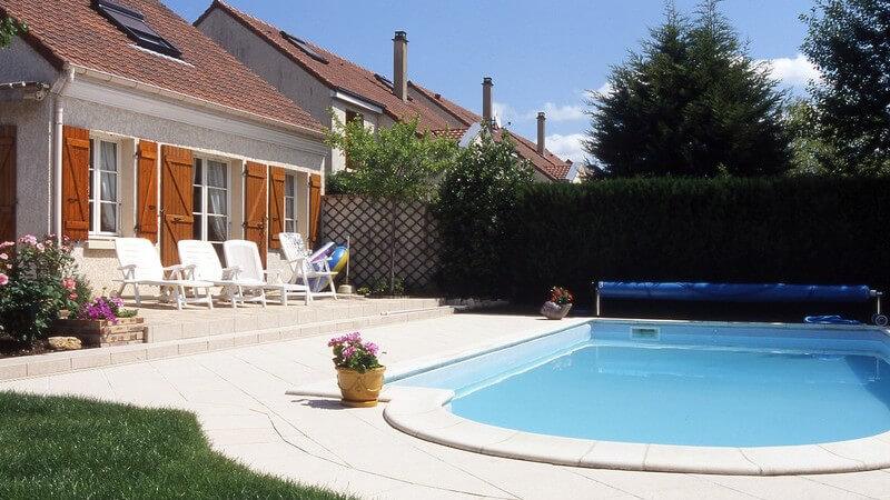 Haus mit großer Terrasse und Swimming Pool im Garten
