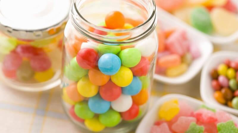 Süßigkeiten, Bonbons in Gläsern und Schalen