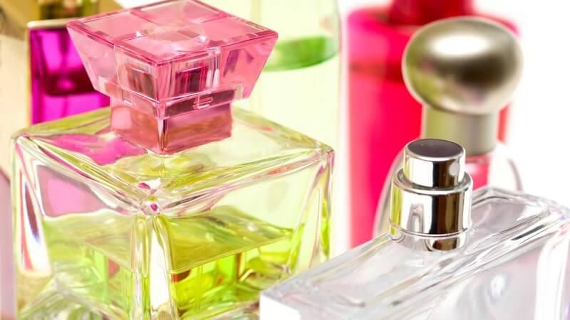 Mehrere bunte Parfümflaschen