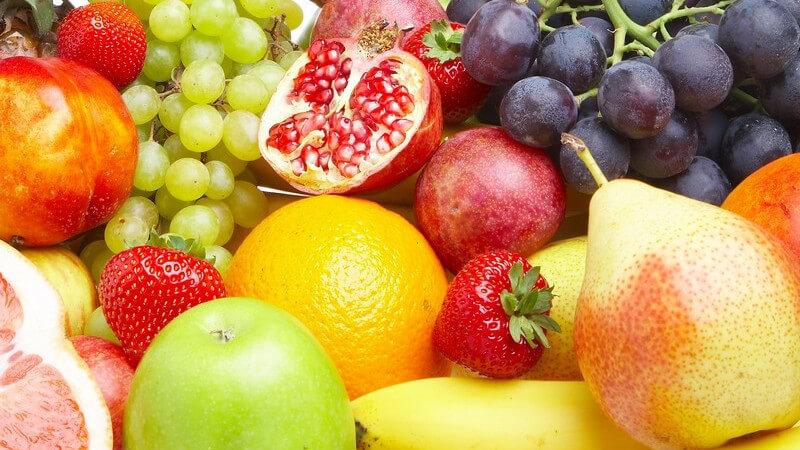 Auswahl an frischem Obst wie Äpfel, Trauben, Erdbeeren, Birnen