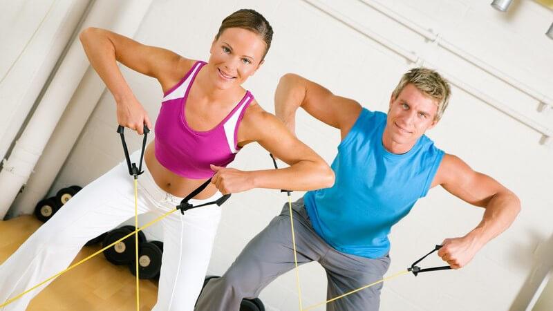 Junges Paar bei Training im Fitnessstudio