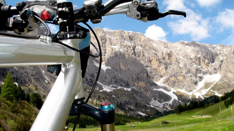 Aussicht von Mountainbike auf Berglandschaft unter blauem Himmel