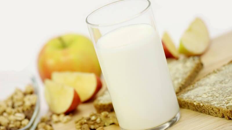 Frühstück aus Glas Milch, Apfel, Müsli und Brot