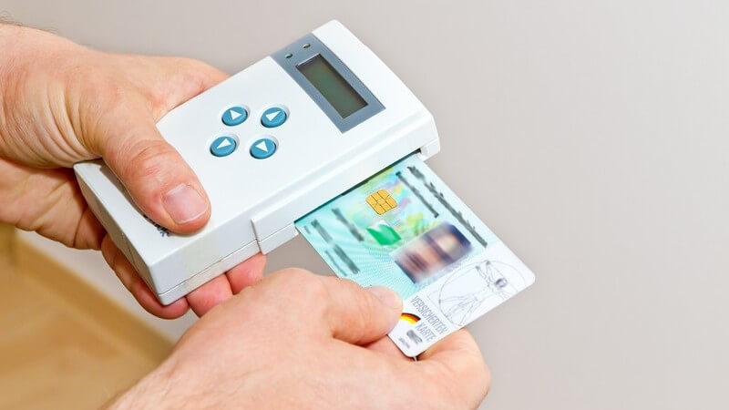Krankenversichertenkarte wird in Kartenlesegerät gesteckt