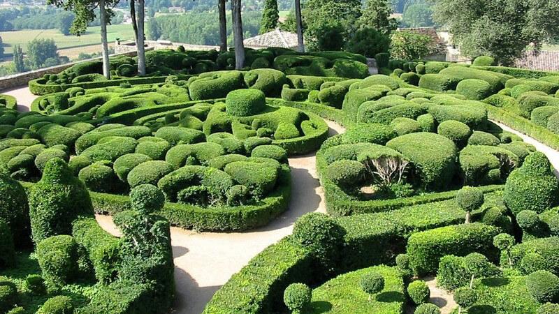 Parkanlage mit Labyrinth aus Büschen und Pflanzen