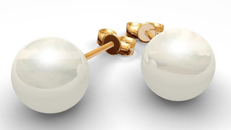Nahaufnahme Perlohrringe, gold mit weißen Perlen