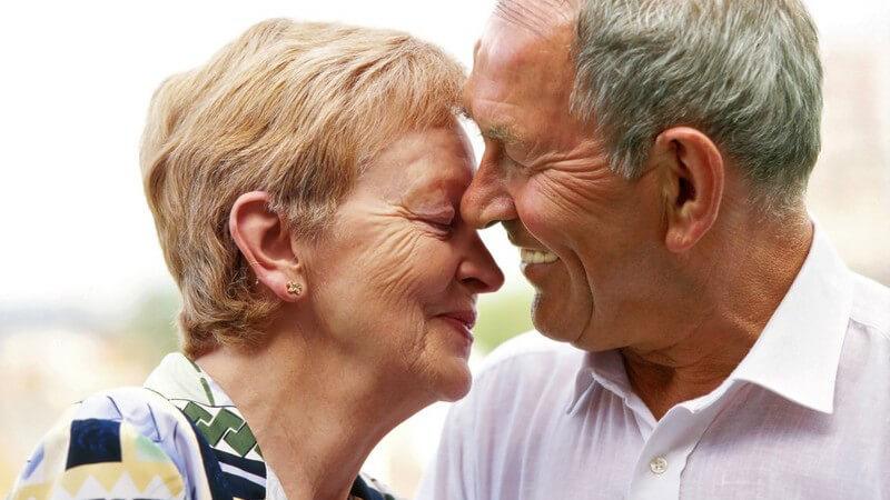 Älteres glückliches Paar, Gesicht an Gesicht, lächelnd