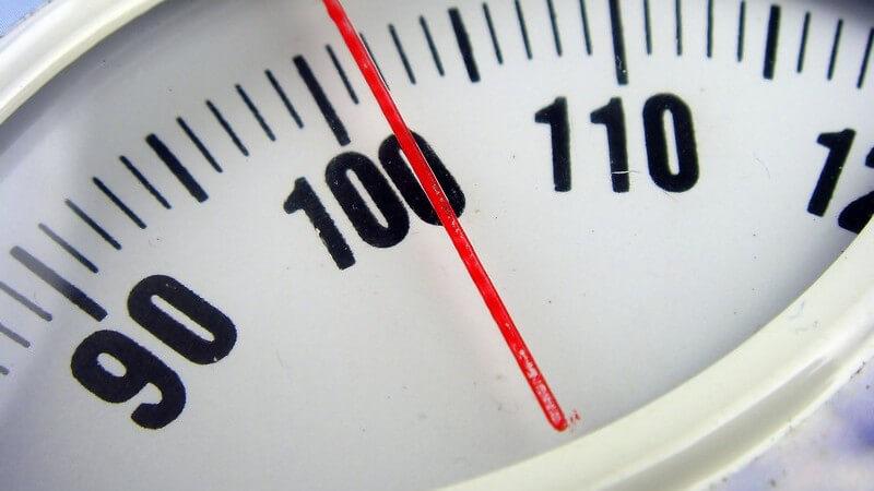 Alte Waage, die über 100 Kilogramm anzeigt