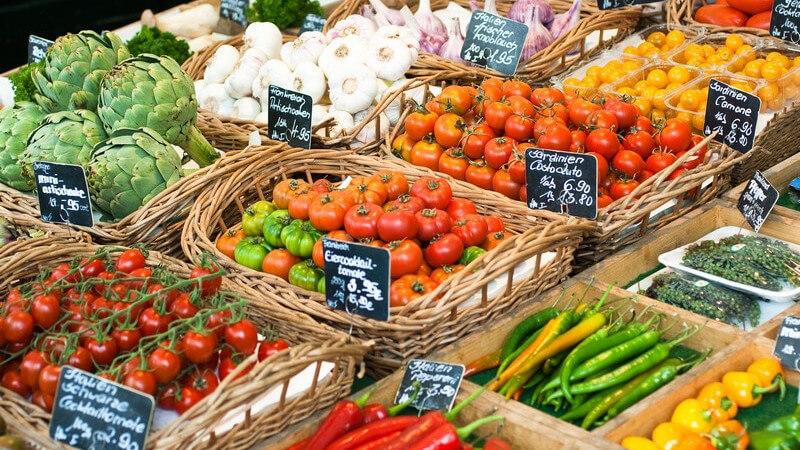 Gemüsemarkt: verschiedene Gemüsesorten in Holzkörben