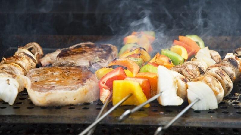 Grillen, Barbecue: Spieße und Fleisch auf Grill