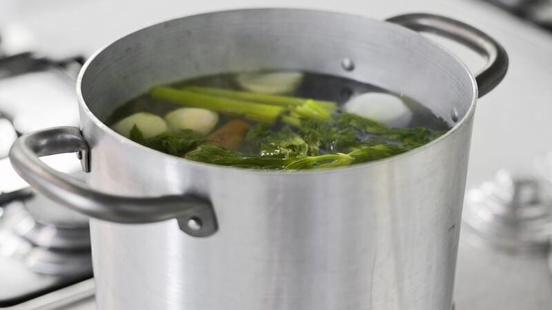 Topf mit Gemüsesuppe auf Gasherd