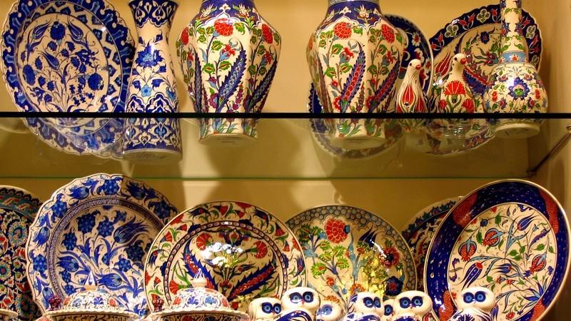 Regal mit Glasplatten, darauf osmanisches Geschirr, Vasen, Teller, Ausstellung