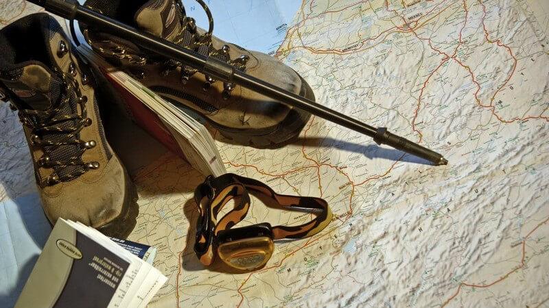 Wanderschuhe und Wanderstock auf einer Landkarte