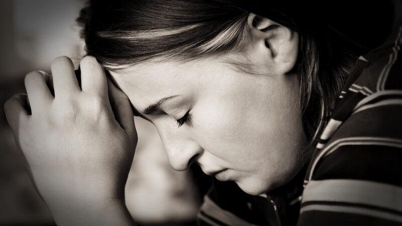 Schwarz-weiß Bild Seitenansicht junge Frau mit geschlossenen Augen beim Beten