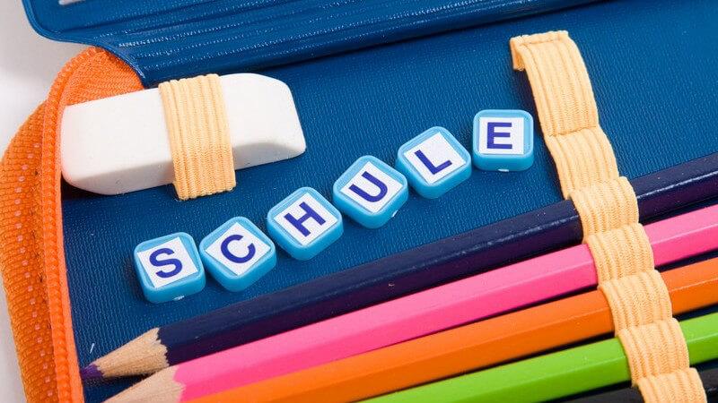 "Nahaufnahme Schulmäppchen, Aufschrift ""Schule"""
