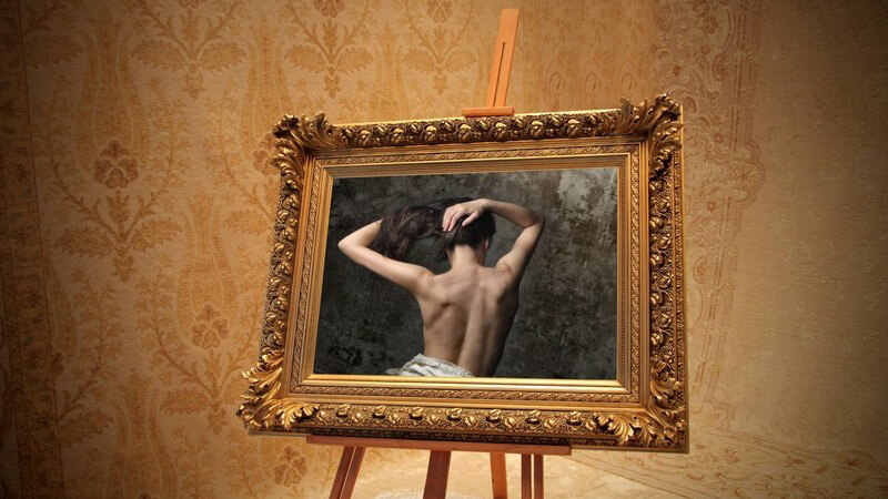 Bild einer halbnackten Frau in goldenem Bilderrahmen