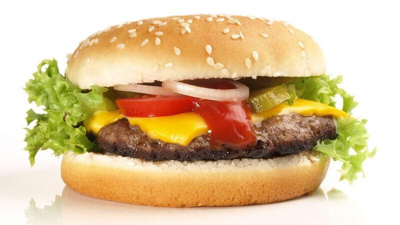 Nahaufnahme Cheeseburger auf weißem Hintergrund