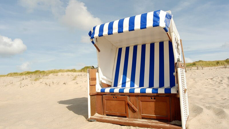 Strandkorb am Strand vor den Dünen auf Sylt