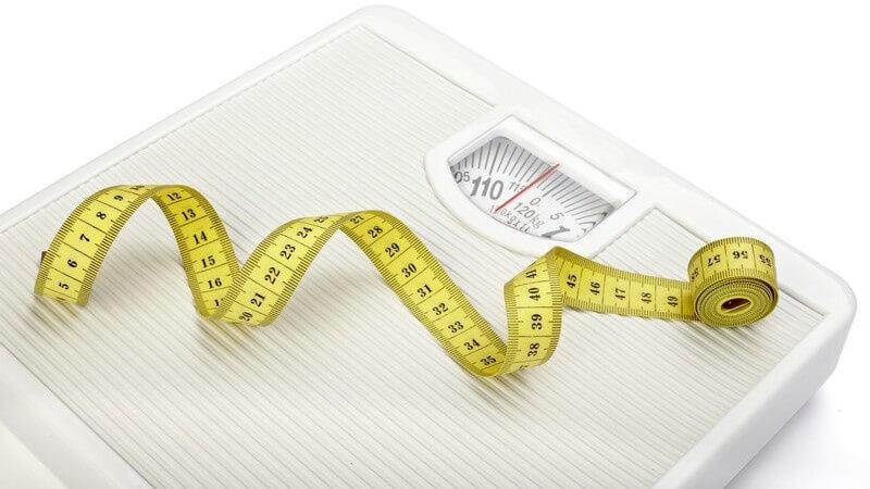 Maßband auf Waage, Übergewicht, Diät, Abnehmen
