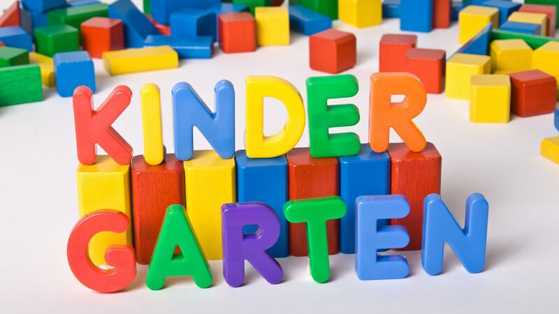 "Bunte Bauklötze formen das Wort ""Kindergarten"""