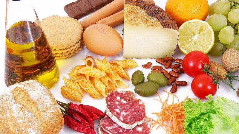 Bunter Mix an Zutaten und Lebensmitteln wie Nudeln, Käse, Obst und Gemüse
