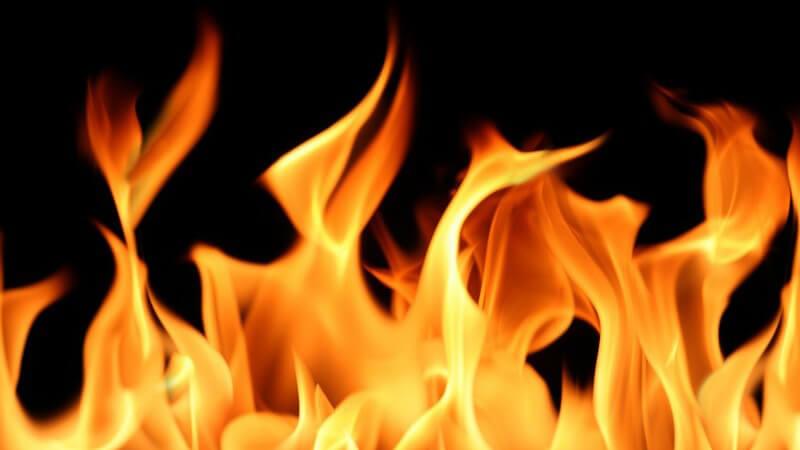 Hohe Flammen auf schwarzem Hintergrund